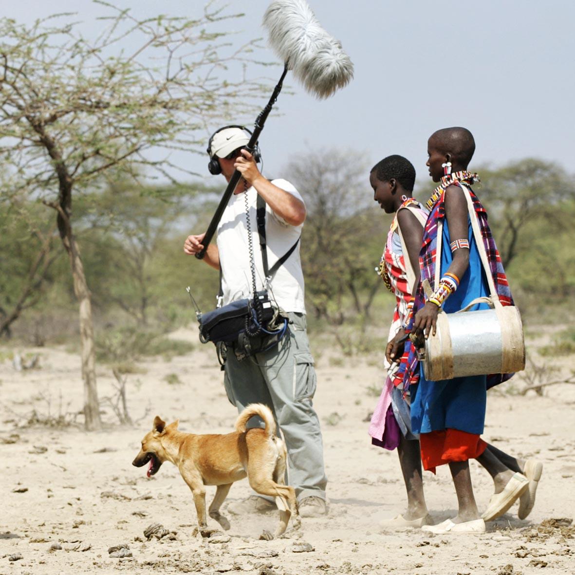 08.07.2005, Narok, Rift Valley, KEN, KENIA - Eine Filmcrew des ARD bei Dreharbeiten zu einer Reportage ueber das Alltagsleben der Masai in der Savanne. Zwei Masai- Frauen tragen Wasserkanister aus Stahl. © Stefan Trappe